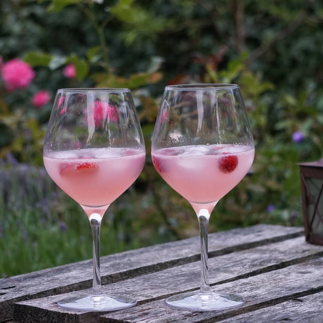 Sommer cocktail #pink #gin #rabarbersirup #jordbær #beefeater